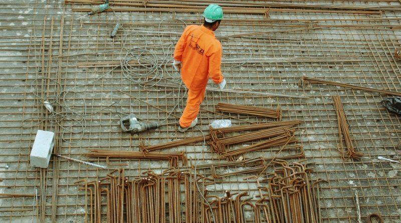 Pracownik fizyczny na budowie