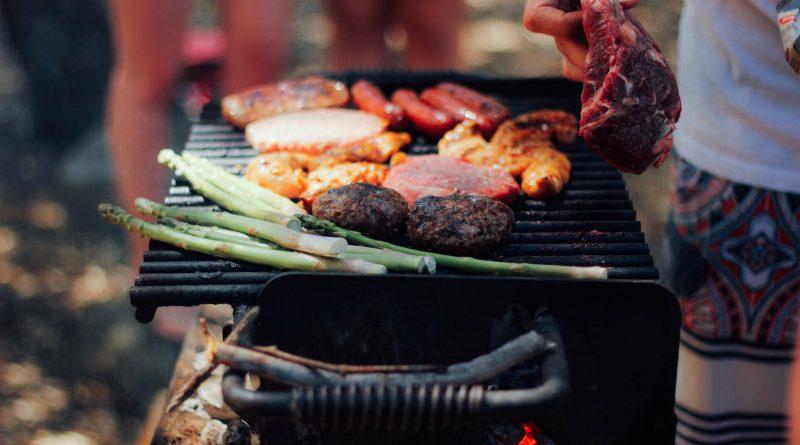 Smakowicie wyglądające potrawy na grillu